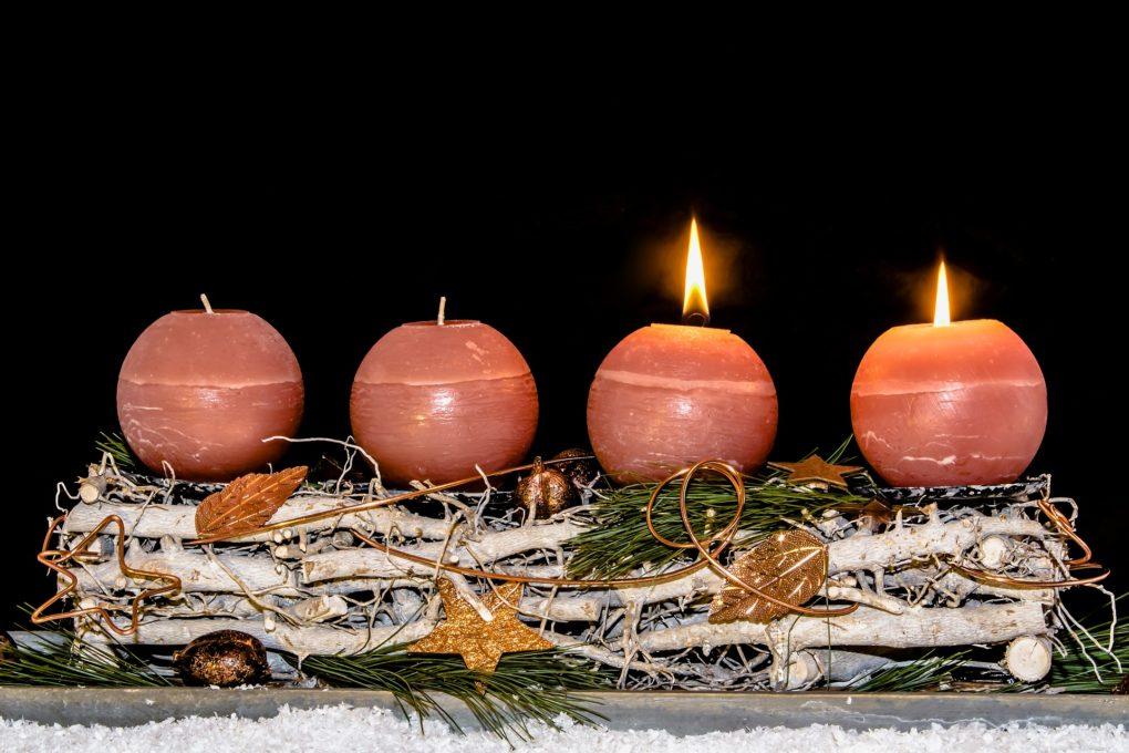 Płomień dwóch adwentowych świec